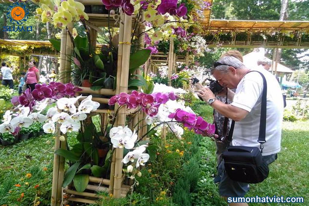 Nhiều du khách nước ngoài quan tâm đến các sự kiện hoa Lan tại Việt Nam